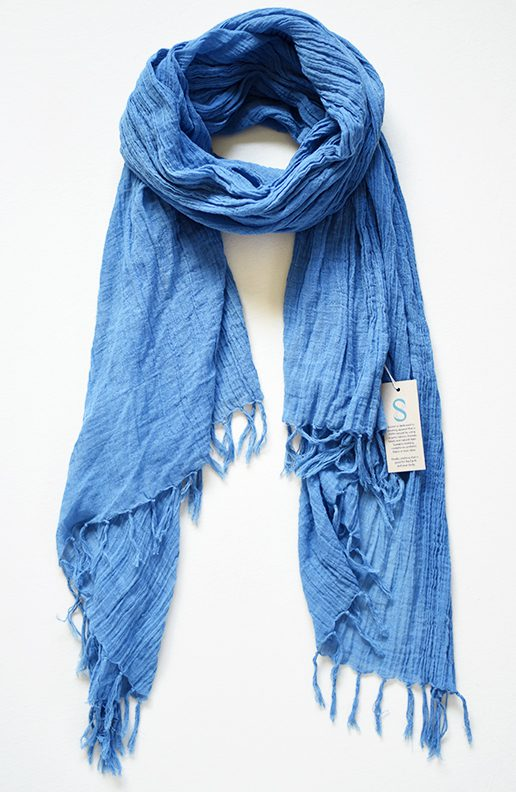 Scarf dyed with indigo